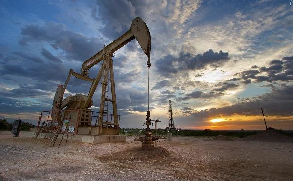 النفط يصعد.. ويحلق قرب مستوى 50 دولارا